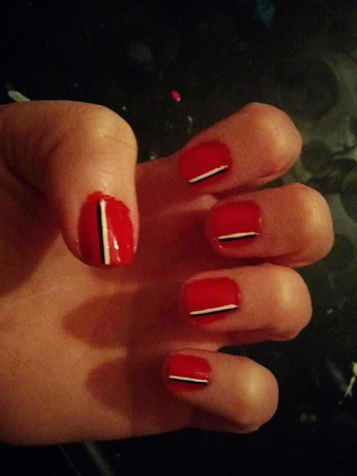 Simpel red nails with stripes