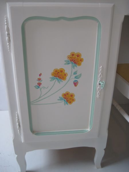 oude bloemmotieven en krijtverf www.mimi-enco.be/ #kinderbureau #kindermeubelen #kinderkamers