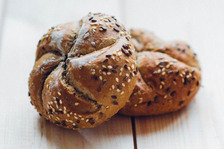 Bułki z ziarnami to nie tylko uczta dla smaku, to również doznania estetyczne. Lubicie pieczywo z ziarnami? #finuu #finuupl #pieczywo #chleb #bulki #bread #breafkast #sniadanie