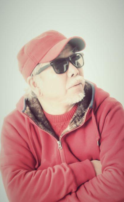 長野和夫 (レコードショップ芽瑠璃堂 店主) 1973年、渡米、音楽放浪の旅にバンド・メンバー4人と約1年旅にでる。1974年、日暮氏(Pヴァインレコード創始者)と通販会社を立ち上げる。吉祥寺に第1店「芽瑠璃堂」をオープン。同時に兄と二人でVIVID SOUNDを立ち上げる。その後「芽瑠璃堂」は渋谷、横浜、大阪と店を増やす。VIVID SOUNDも自らのレーベルから個性的なアーティストを発売。いわゆるインディーズの先駆けである。洋楽にはもともと強く、当時認知度が低いジャンルにも注力をそそぎサザン・ソウルの代名詞的なアーティストであるジェームス・カーを発売。 またイカ天などのインディーズ・ブームが開花。XJAPANなどの各地で起こった独自レーベル国内インディーズの配給として確固たる地位を得る。2006年、全店閉めていた「芽瑠璃堂」をオンライン店として再開。同時にクリンク・レコードを始動。http://merurido.jp/