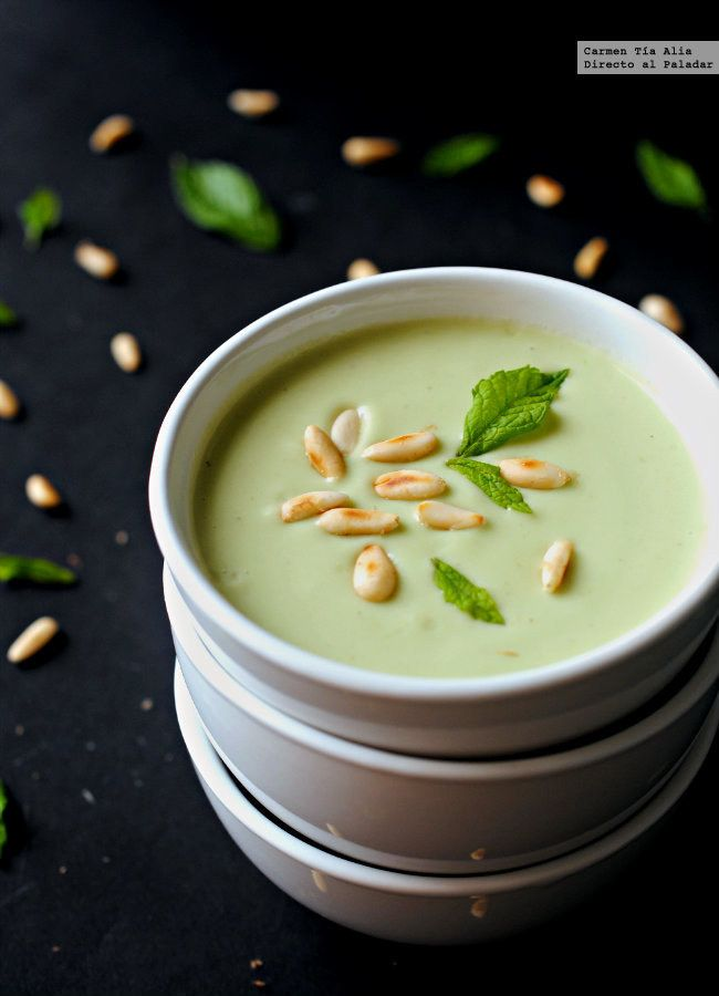 Crema fría de manzana verde, aguacate y lima.