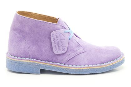 Clarks Originals Damenstiefel in lilafarbenem Premium-Veloursleder, mit blauer Sohle und hellblauen Schnürsenkeln, Clarks Desert Boot, 139,95 Euro: http://www.clarks.de/p/20357930