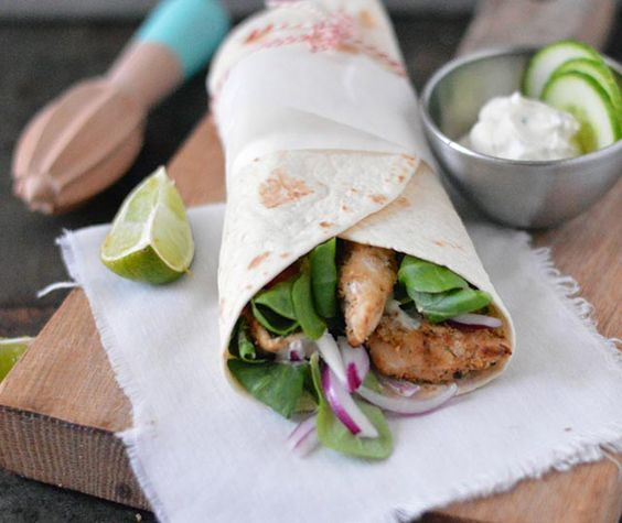 Griekse wraps met kip en tzatziki. Gevulde wraps met heerlijk gekruide kipfilet in de Griekse yoghurt met een sausje van tzatziki en knapperige groenten.