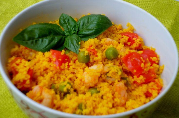 Couscous allo zafferano con piselli, gamberetti e pomodorini