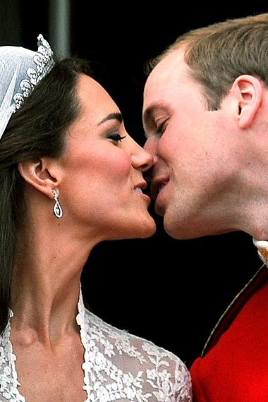 After they had their wedding ceremony kate and prince william kiss on the balcony of beckingham palce.: