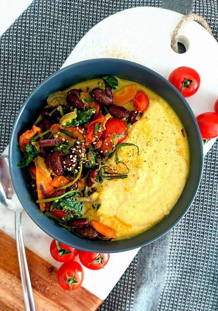 Curry d'haricots rouges aux légumes, accompagnés d'une polenta crémeuse. Le tout vegan et sans gluten.