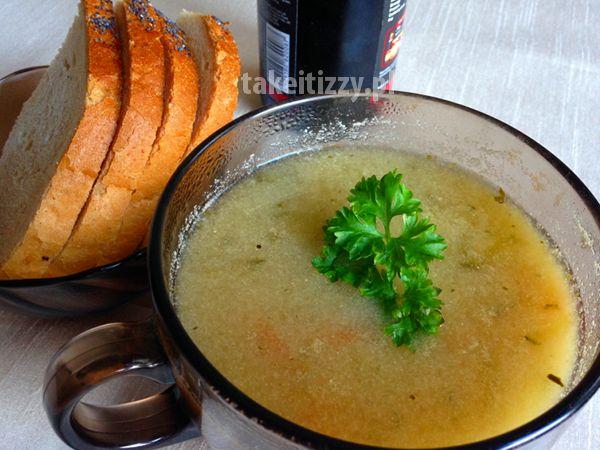 Zupa ogórkowa to tradycyjne polskie danie. Ma wyrazisty aromat i kwaśny smak. Ogórek kiszony, wspaniały niskokaloryczny dodatek, źródło witamin i minerałów.