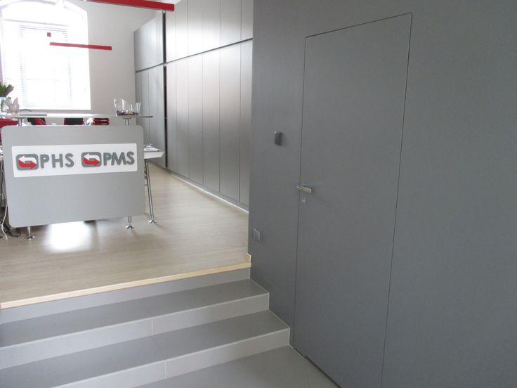 Drzwi z niewidoczną ościeżnicą robią coraz większą furorę. Można je podziwiać nie tylko w salonach drzwi, a np. w placówkach medycznych.   PMS MEDICAL SP Z O O Ul. Wojskowa 6/D4 Poznań