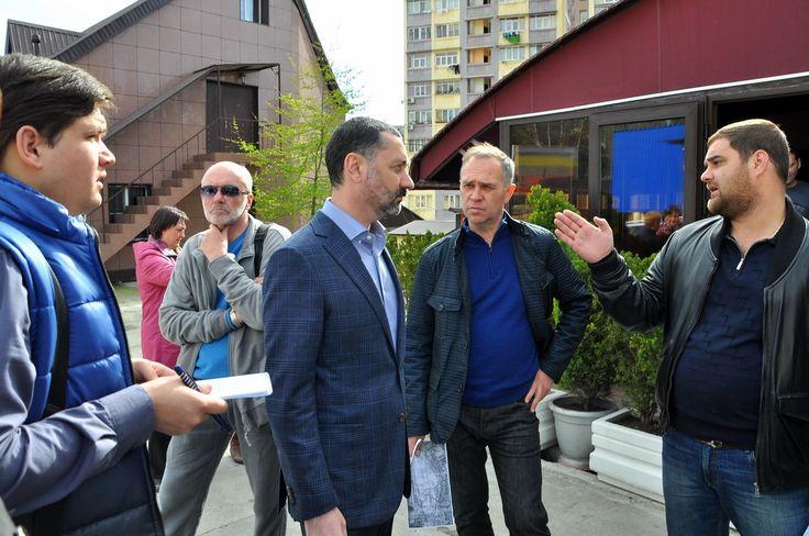 депутат Тепляков общается с жителями