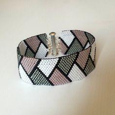 Bracelet rose et gris tissage peyote en perles miyuki                                                                                                                                                      Plus