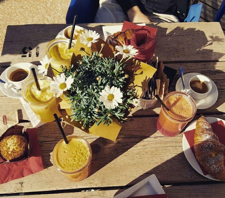 Come partire alla grande con la colazione: cornetto, caffè e una centrifuga all'arancia!