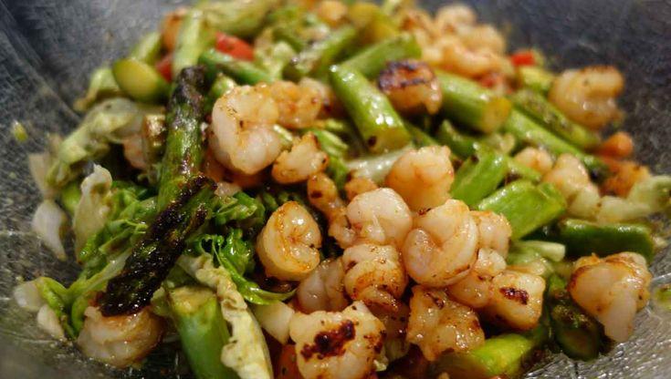 Normaler Salat ist langweilig? Wir wär´s mit diesem Spargelsalat? Mit Garnelen, Avocado und Zwiebeln ist er garantiert außergewöhnlich