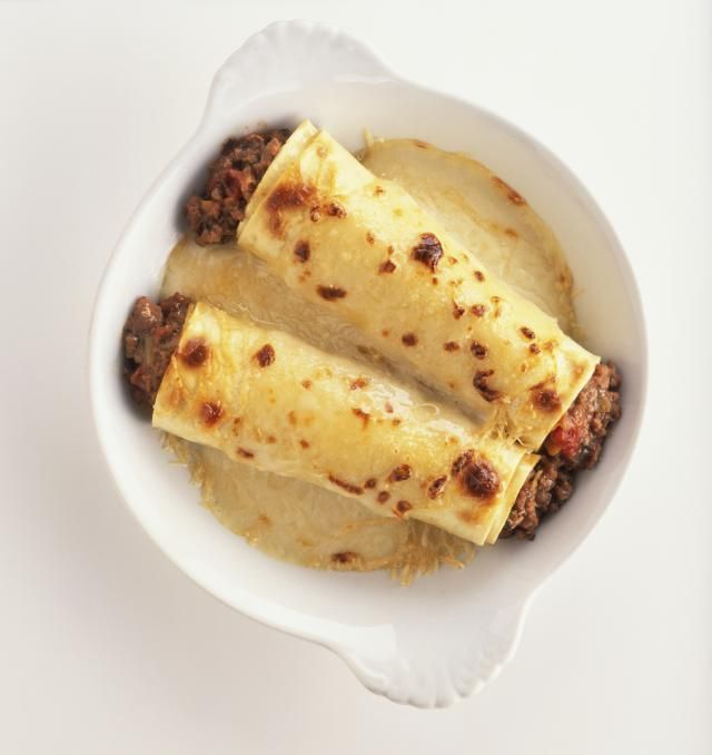 An easy recipe for authentic Italian meat-filled manicotti (cannelloni) in a white bechamel sauce.