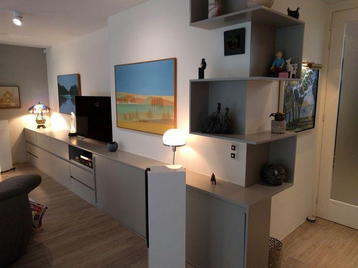 Deze televisiekast is tevens geschikt om kunst te presenteren. Vakken die meanderend tot het plafond lopen.