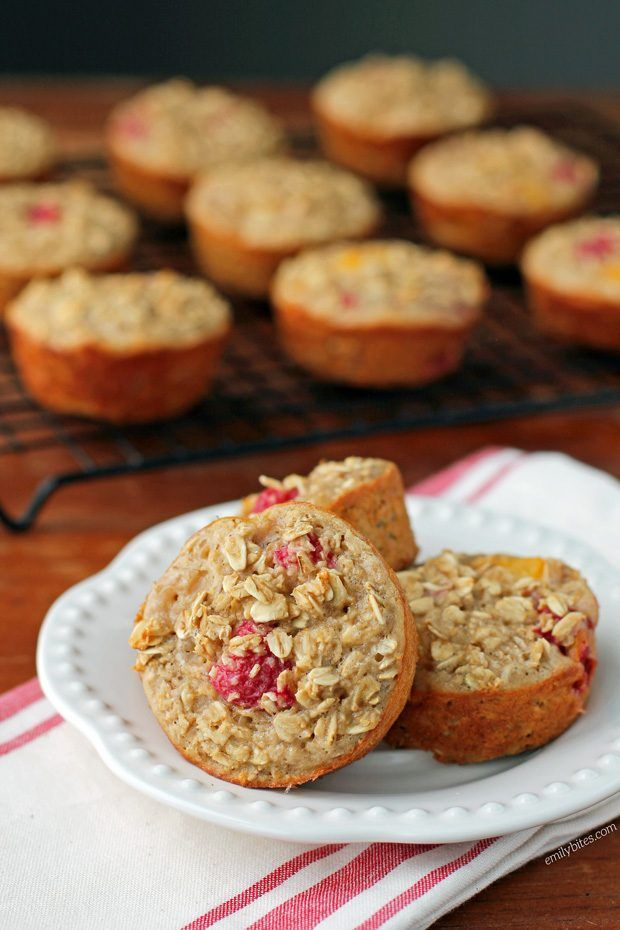 These Raspberry Peach Baked Oatmeal Singles are an easy, healthy and tasty breakfast to start your day! Just 97 calories or 3 Weight Watchers SmartPoints! www.emilybites.com