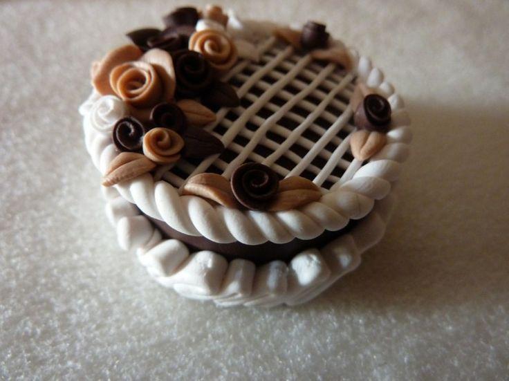 Torta di cioccolato in fimo fatta a mano decorata con rose di cioccolato, nocciola e panna - Chocolate cake with roses and cream in fimo polymer clay handmade