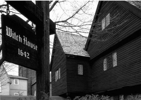 En el año 1692, en la aldea de Salem, Estados Unidos, 25 personas fueron condenadas a muerte debido a su vinculación con la brujería. La cantidad de mujeres acusadas de brujas fue tal que las autoridades tuvieron que crear un tribunal especial encargado de los juicios. La cacería culminó cuando comenzaron a acusar de brujas a chicas de clase alta.