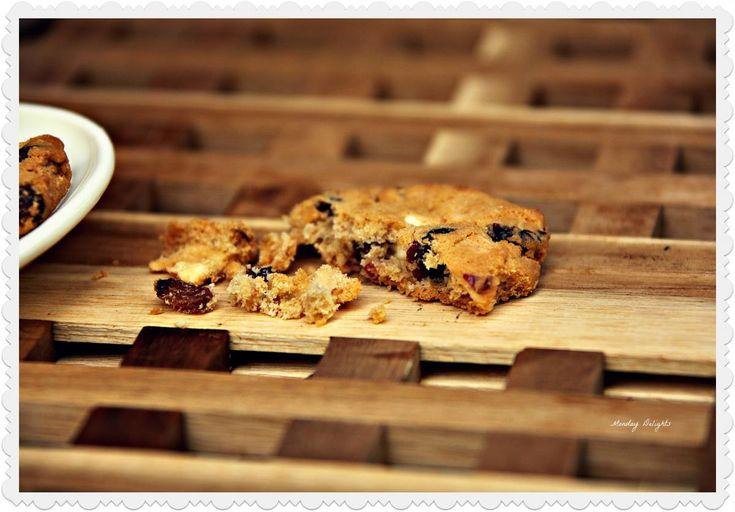 Овсяное печенье с клюквой, белым шоколадом, миндалем и медом