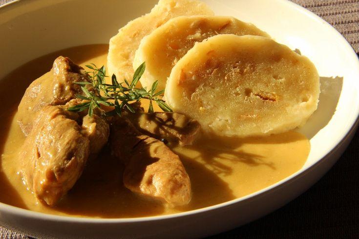 Cibuli zesklovatíme na oleji, zarestujeme 3 lžíce hořčice, přidáme nakrájené maso na větší kousky a zeleninu na kostičky nebo nastrouhanou....