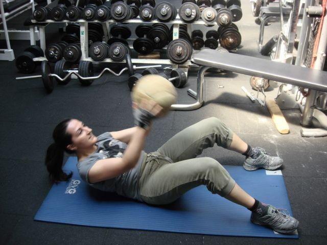 """""""...des qualités de force explosive, d'endurance musculaire et des capacités aérobies..."""" Le médecine-ball loin d'être désuet face aux travail à la machine ou à la barre libre représente une forme d'exercice alternatif ou complémentaire. L'exercice avec un médecine ball est, effectif, versatile,..."""
