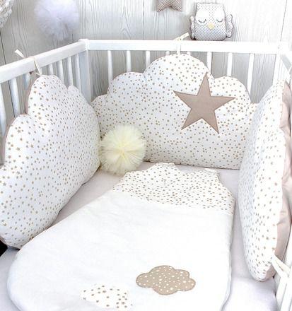 Un tour de lit en forme de nuages indépendants qui s'attachent au lit, avec un motif petites étoiles  3 nuages 60cm large x 33cm haut environ,  face en tissu coton blanc à pe - 19504597