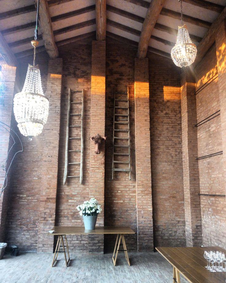 #fienile #decor #interior #chandelier #wedding #weddingparty #party #festa #matrimonio #sposi #sposa #bride #groom #locationmatrimonibologna #cabiancadellabbadessa