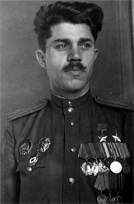 Александр Молодчий первый прижизненный дважды Герой Советского Союза.