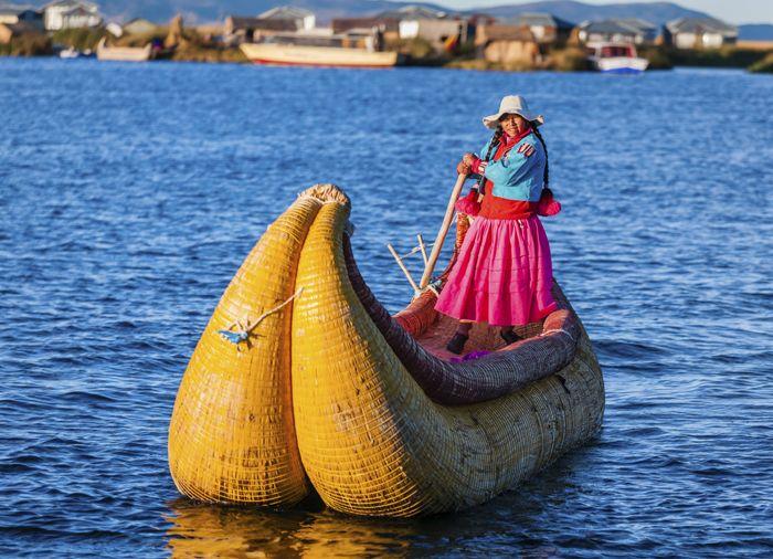 Titicaca søen, som Bolivia og Peru deles fredeligt om. I dag bebor quechua- og aymara-talende indfødte hver deres strækning langs Titicaca-søen.