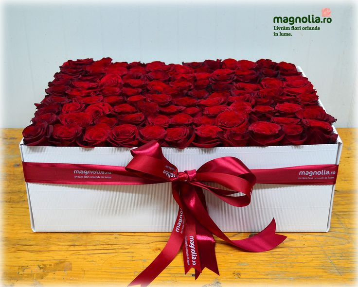 101 trandafiri in aranjament floral in cutie.  Flower arrangement in box with 101 red roses
