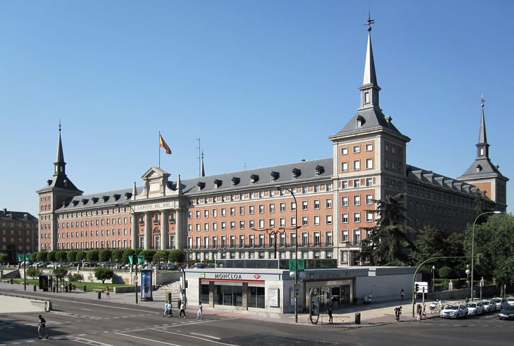 Vista do Quartel General do Ejército del Aire, um edifício do século XX,  marcado pelo estilo arquitetônito neoherreriano. Também se vê a estação Moncloa.  Fotografia: Xauxa Håkan Svensson.