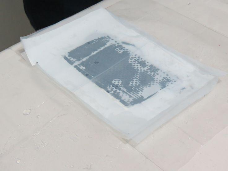 Ubicación del tejido antiadherente sobre la fibra de carbono impregnada. Para mayor información, visita: www.carbonlabstore.com