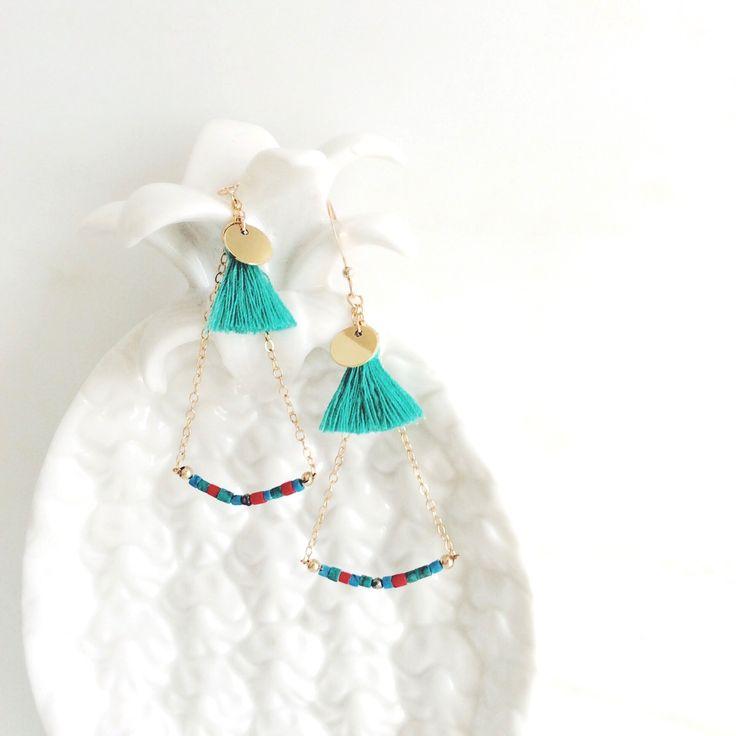 Boucles d'oreilles Acapulco plaqué or, howlite, pyrite et pompon : Boucles d'oreille par by-opaline