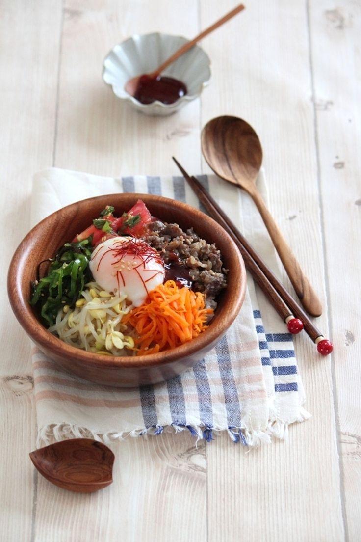 にんじんのβカロテンにピーマンのビタミンC、トマトのリコピン。お肌にいい食材たっぷりの変わりナムルを入れたビビンバです。