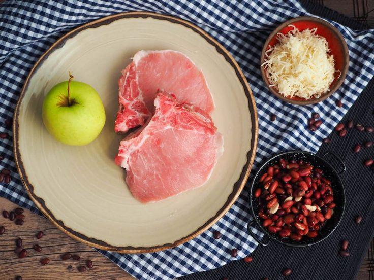 Vepřová kotleta skaramelizovanými jablky, tvarohovým křenem a červenými fazolemi