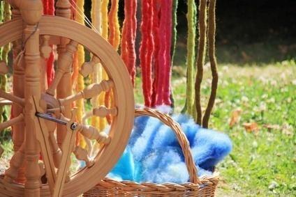 Jak przygotować ekologiczne barwniki do tkanin: http://www.povoli.pl/zdrowo/zafarbuj-swoj-swiat