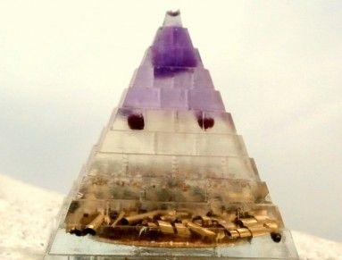 Hmotnost +-30g, 3,8 x 3,8 x 3,8cm - rozměr.  Ihned k odeslání  Pyramida / dekorace / těžítko  Vyrobena při Úplňku  Obsahuje:  Ametyst, Křišťál, 4x Český granát, Spirála, Špony  *******  V tomto orgonitu je zabudovaná i Ochrana aury proti negacím  Každý orgonit - rozráží geopatogenní zóny, eliminuje elektromagnetická záření, dodává energii - dosah orgonitové energie do 15 m.  Ametyst - životní síla a energie, kámen čistoty duše a klidu. Také se mu říká kámen králů - skoro vždy byl vsazen do…