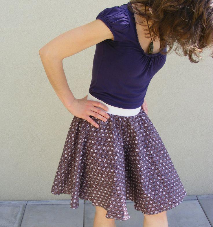 Kolové sukně šiju hrozně ráda, jednak jsou velice jednoduché na výrobu, a jednak tyto sukně vytvářejí ženskou siluetu let padesátých, kterou mám v posledních letech dost v oblibě. Sukně se dá ušít buď s pevným páskem a zipem a nebo s pružným pasem, vyrobeným z gumy nebo j