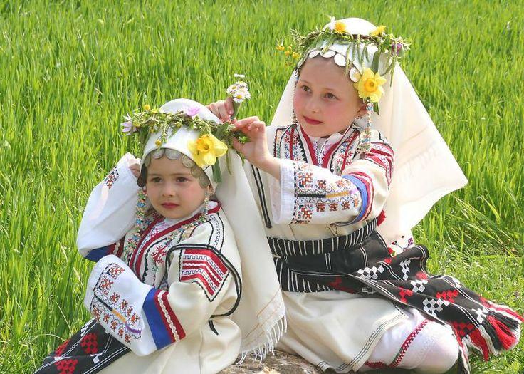 """""""Кумичене""""  Този обичай е израз на ритуалното приемане на най-младите в обществото. Девойките се събират рано сутринта в деня преди Лазаров ден, пременени в най- красивите си рокли у дома на една от тях. Всички излизат на полето и берат букети от първите пролетни цветя, които свиват на венци. Всички тези ритуални действия са съпроводени от песните на момичетата."""