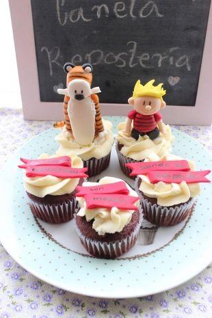 #Cupcakes decorados con las figuras en 3D de calvin y hobbes acompañados de 3 cupcakes con un mensaje especial. #CalvinyHobbes #Bogota