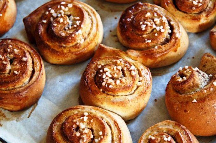 I kanelbullar, rotolini alla cannella, sono tra i dolcetti che gli svedesi hanno più a cuore. Conosciuti in tutto il paese i kanelbullar sono amati d...