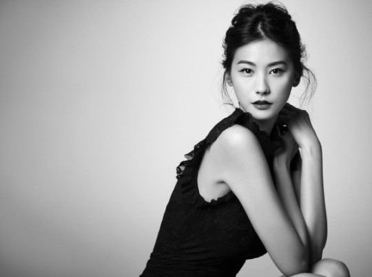 Yoo In-young posing and quite frankly has a Audrey Hepburn feel on this picture.