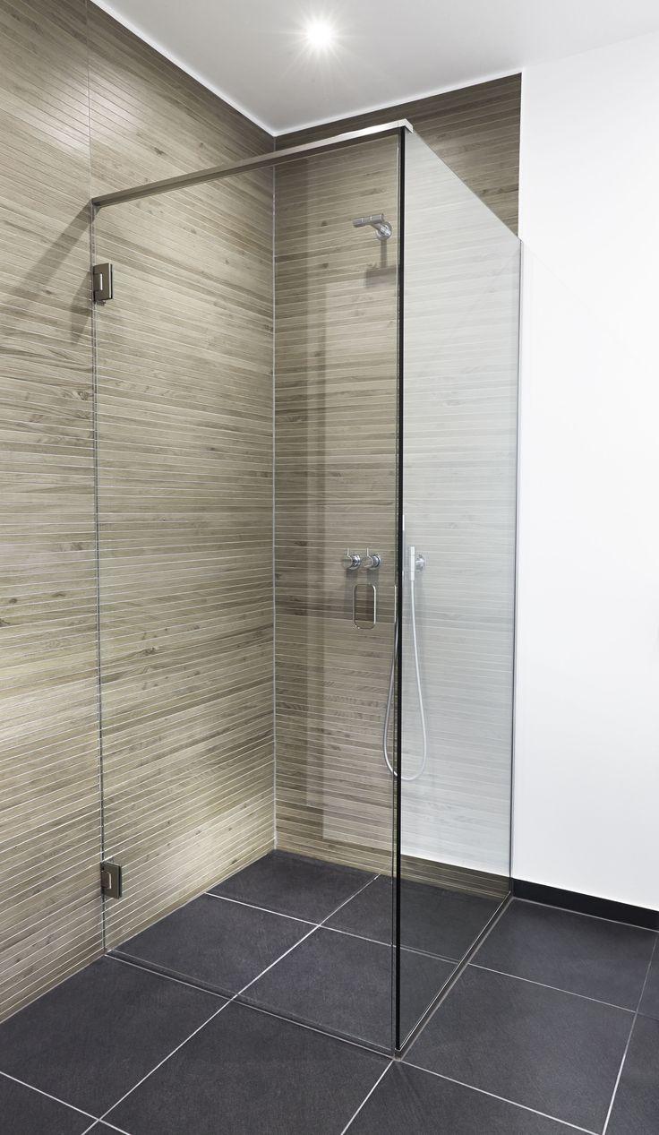 Unidrain GlassLine showerdoor, GlassLine showerwall installed with a HighLine Panel by Unidrain