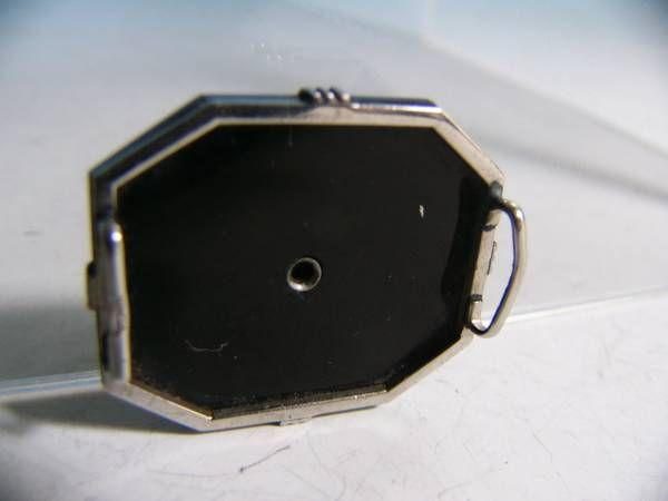 昭和初期のアールデコの帯留め。黒い石、中央のダイヤ用の石は不明。WCN刻印。「「WCN」という白色金属製品に打たれた刻印。昭和初期に販売されていた「ホワイトコイン」という物らしい」「成分などは不明」(http://www.j-bunka.jp/motive/02.htmlより)