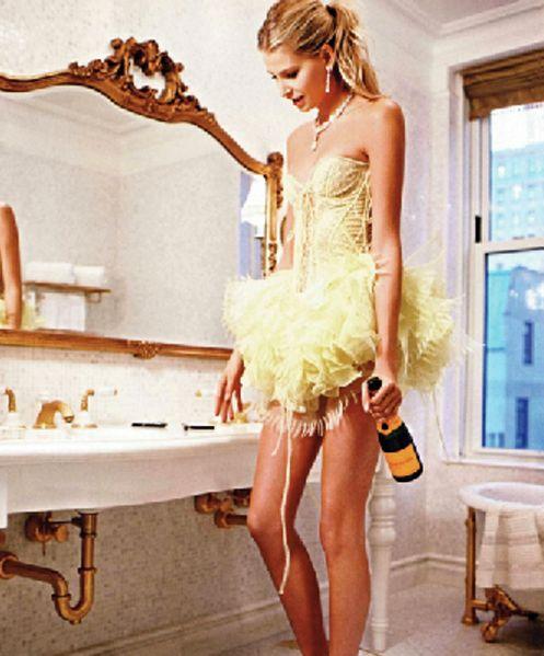 Champagne Babe met een fles Veuve Clicquot