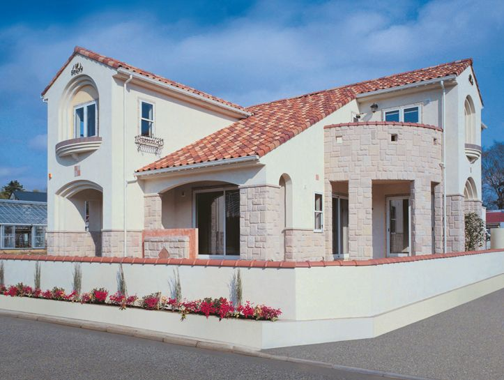「ラ・ミア・カーサ」インド砂岩の外壁と赤い大屋根が印象的なプロバンススタイルの家。|南欧風住宅・プロヴァンス|アーチ|砂岩|
