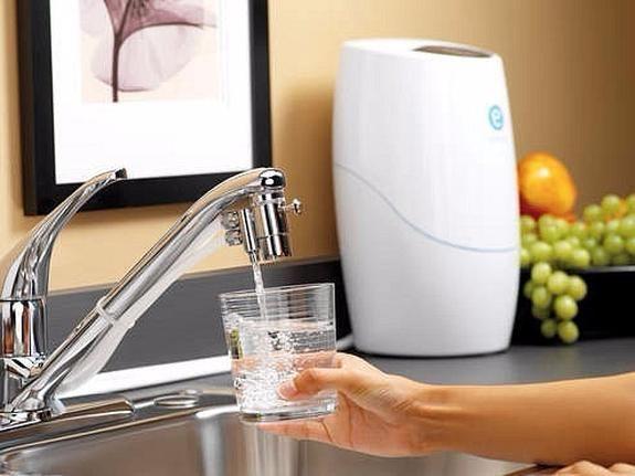 Что такое вода? Вода подпитывает каждую клеточку нашего тела. Она дарит обновление и молодость, небывалую энергию и красоту. Вода выводит токсины, шлаки и излишки солей, содействует понижению кровяного давления. Потребление достаточного количества воды — это один из лучших способов предотвратить образование камней в почках. Вода как бы «смазывает» суставы, выполняя тем самым роль амортизатора для спинного мозга, а также регулирует температуру тела и обеспечивает эластичность кожи. Вода…
