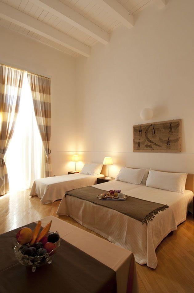 La struttura ospita 22 camere, dotate di ogni comfort e dallo stile ricercato, tra cui 3 incantevoli junior suites con affaccio sulla piazza centro della vita cittadina.