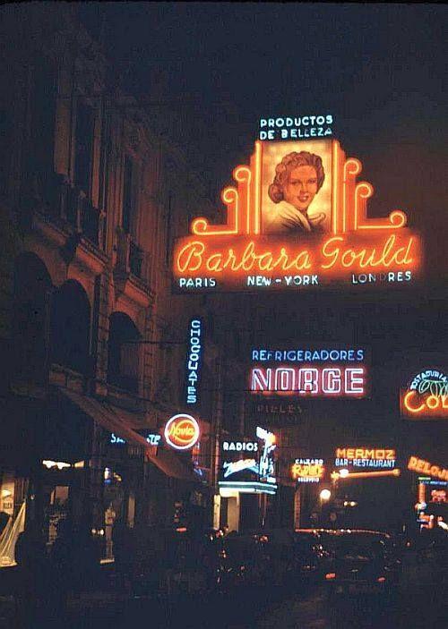 Panorámica nocturna de la calle Huérfanos de Santiago en el año 1941.