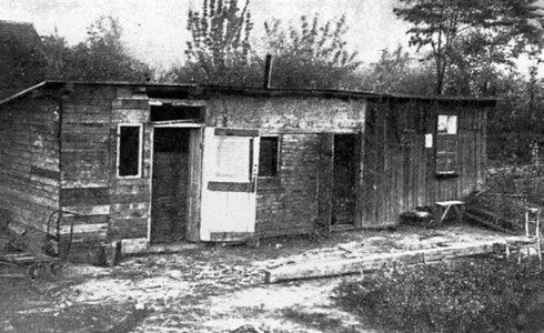 Provizórne bývanie pre chudobných v starej Petržalke. Na okraji Starého hája vznikla okolo roku 1923 kolónia pre chudobných robotníkov a nezamestnaných počas hospodárskej krízy. V drevených búdach bývali stovky rodín.