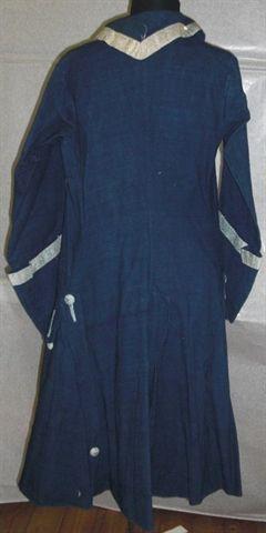 Marsina da servitore in tela di cotone blu con gallone di seta bianco. Bordi, paramani e colletto. Grandi bottoni dall'intreccio di seternche . Completamente sfoderata